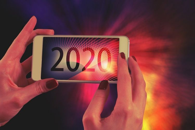 2020 on the screen of a cell phone
